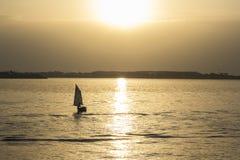 Шлюпка и заход солнца Стоковые Фотографии RF