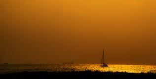 Шлюпка и заход солнца Стоковая Фотография RF