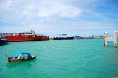 Шлюпка и корабли на порте Стоковые Фото