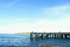 Шлюпка и море гавани с солнечным светом после полудня Стоковое Фото