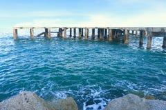 Шлюпка и море гавани с солнечным светом после полудня Стоковая Фотография RF
