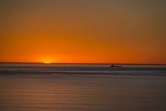 Шлюпка и небо и заход солнца Стоковая Фотография