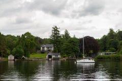 Шлюпка и дома на озер-береге Windermere озера Стоковое фото RF