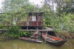 Шлюпка и дом около канала Стоковые Фото