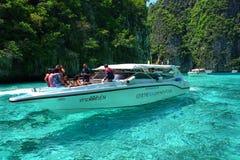 Шлюпка и туристы скорости шноркель в море Andaman Стоковые Изображения