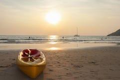 Шлюпка каное каяка на пляже во время захода солнца Стоковые Фото