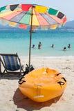 Шлюпка каное на пляже с местом и зонтиком Стоковые Изображения RF