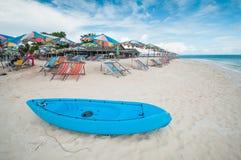 Шлюпка каное на пляже с местом и зонтиком Стоковое фото RF