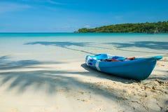 Шлюпка каное на пляже Стоковое Фото