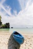 Шлюпка каяка на пляже песка Стоковое фото RF