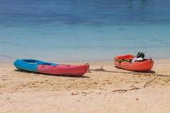 Шлюпка каяка на пляже Стоковые Фотографии RF