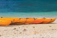 Шлюпка каяка на пляже Стоковое Изображение RF