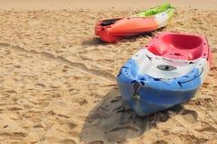 Шлюпка каяка на тропической предпосылке пляжа Стоковое фото RF