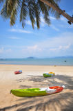 Шлюпка каяка на тропической предпосылке пляжа Стоковая Фотография