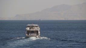 Шлюпка круиза плавает в Красное Море сток-видео