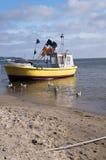 Шлюпка на береге Балтийского моря стоковое фото rf