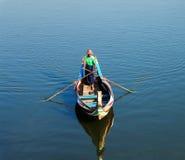 Шлюпка на береге озера Taungthaman в Amarapura, Мандалае Мьянме Стоковое фото RF