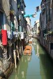 Шлюпка на живописных каналах Венеции, Италии Стоковая Фотография