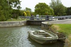 Шлюпка на замке на реке Темзе Стоковое Изображение RF