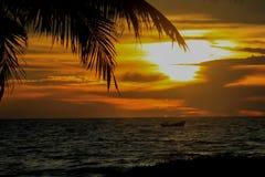Шлюпка на заходе солнца Стоковое Изображение RF