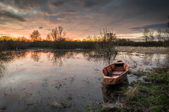 Шлюпка на заходе солнца Стоковые Изображения