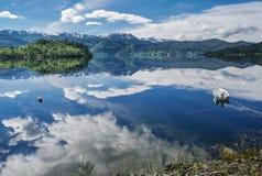 Шлюпка на заливе фьорда в Норвегии Стоковое фото RF