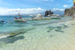 Шлюпка на море на острове Apo Стоковые Фото
