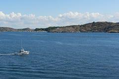 Шлюпка на море стоковое изображение rf