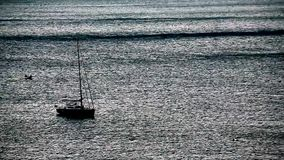 Шлюпка на море сток-видео