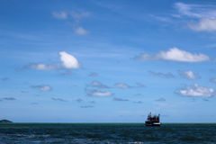 Шлюпка на обширном океане Стоковое фото RF