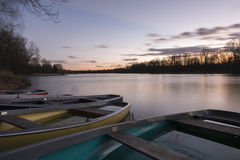 Шлюпка на озере на восходе солнца Стоковые Фотографии RF