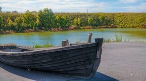Шлюпка на озере стоковые фотографии rf