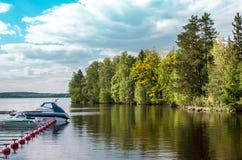 Шлюпка на доке на озере Стоковые Изображения