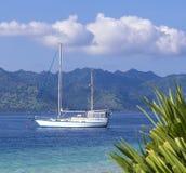 Шлюпка на острове тропика рая Стоковое Фото