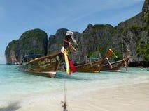 Шлюпка на острове Phi Phi в Таиланде Стоковые Изображения