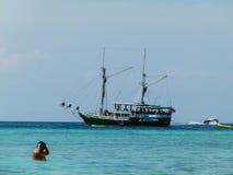 Шлюпка на острове Phi Phi в Таиланде Стоковые Фото