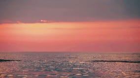 Шлюпка на предпосылке захода солнца плавая на море акции видеоматериалы