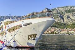 Шлюпка на пристани в курортном городе Makarska, Хорватии Стоковое Фото