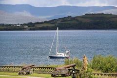 Шлюпка на пробочке Ирландии графства воды стоковые фотографии rf