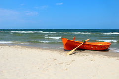 Шлюпка на пляже Балтийского моря Стоковая Фотография RF