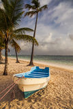 Шлюпка на пляже, карибский восход солнца Стоковые Фото