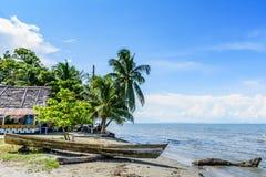 Шлюпка на пляже, Ливингстоне, Гватемале стоковая фотография