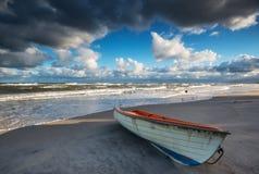 Шлюпка на пляже на времени восхода солнца Стоковое фото RF