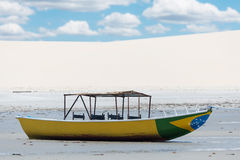 Шлюпка на пляже Стоковые Фото