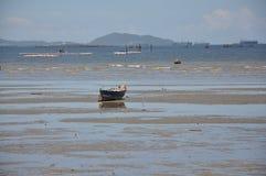 Шлюпка на пляже Стоковая Фотография