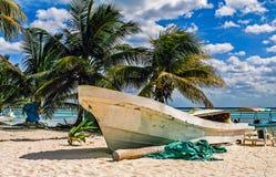 Шлюпка на пляже Стоковое фото RF
