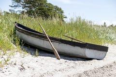Шлюпка на пляже Стоковое Фото