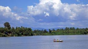 Шлюпка на реке в Камбодже иллюстрация вектора