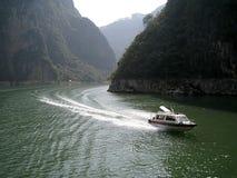 Шлюпка на реке против фона холмов Стоковое фото RF