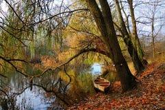 Шлюпка на реке Стоковые Изображения